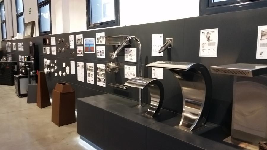 Exposición accesorios inoxidables con información detallada.