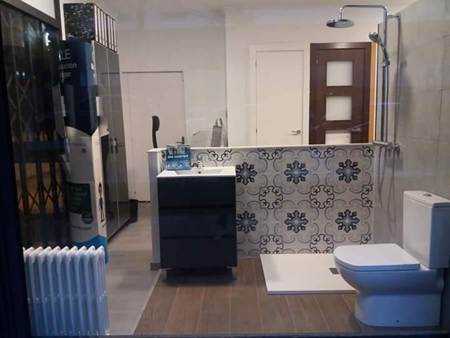 exposición de baño y puertas
