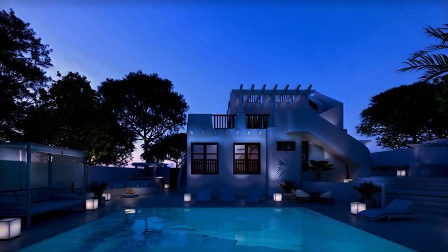 Exterior y piscina de noche