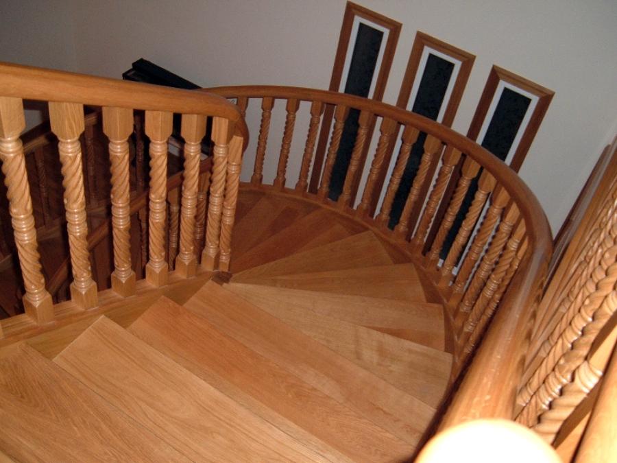 Escalera en madera de roble ideas reformas viviendas for Ver escaleras de caracol