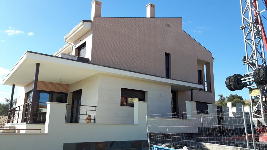 Fachada a calle lateral (acceso secundario)