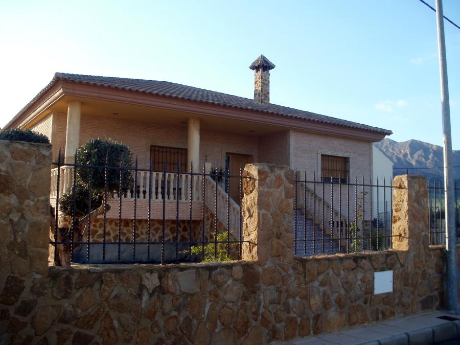 Foto fachada de chalet de grupo valero espinosa s l u - Chalet de madera y piedra ...