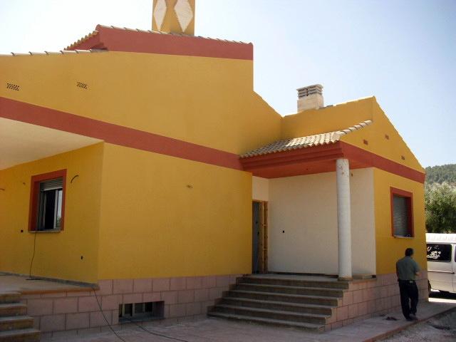 Foto fachada en monocapa raspado de estucados javier for Zocalo fachada exterior