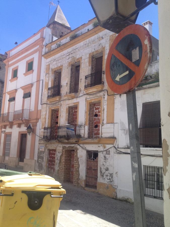 Foto fachada en muy mal estado de conservaci n de - Apartahoteles sevilla este ...