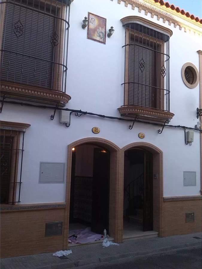 Foto fachada ladrillos visto y arco rebajados con - Fachadas con azulejo ...