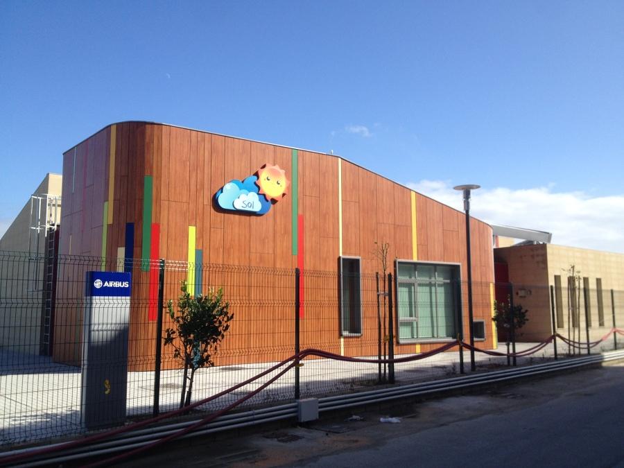 Fachada Oeste de la Escuela Infantil Sol en la Factoría Airbus de Puerto Real (Cádiz)