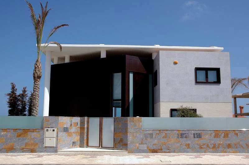 Foto fachada principal acceso a vivienda de calidade for Accesos arquitectura