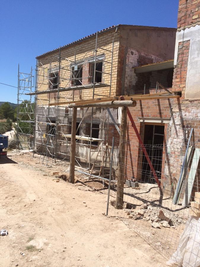 Fachada principal en construcción