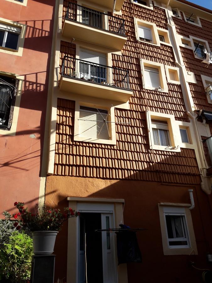 Fachada una vez finalizada la rehabilitación del revestimiento de teja y rehabilitación de balcones.