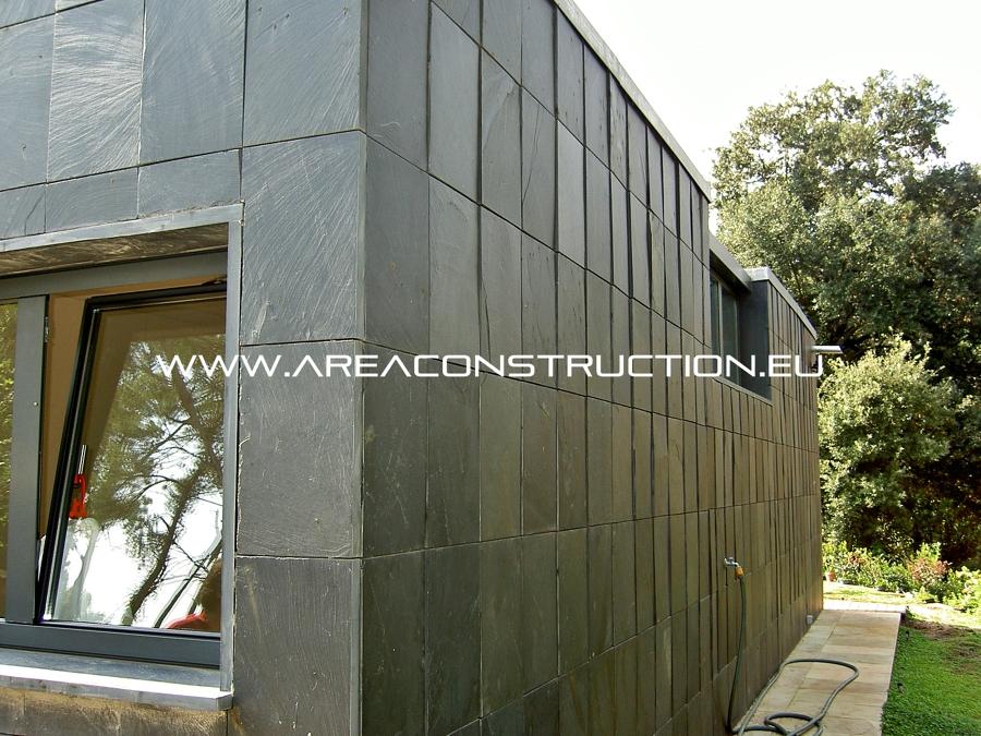 Construcci n de una casa moderna dise ada por un - Fachadas de pizarra ...