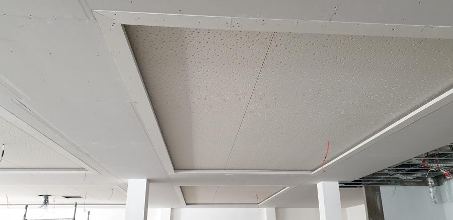 Falso techo con luz indirecta, con laca agujereada