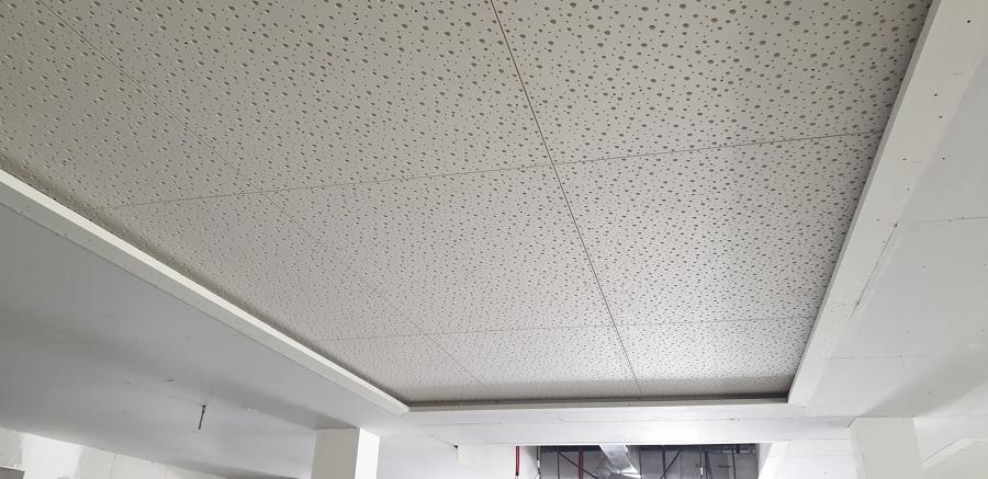 Falso techo con luz indirecta, y placa agujereada