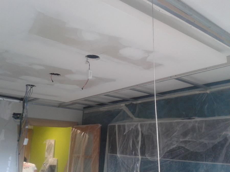 Techo con isleta y franja con tira led y halogenos integrado realizado por pintupladur madrid - Como hacer un falso techo ...