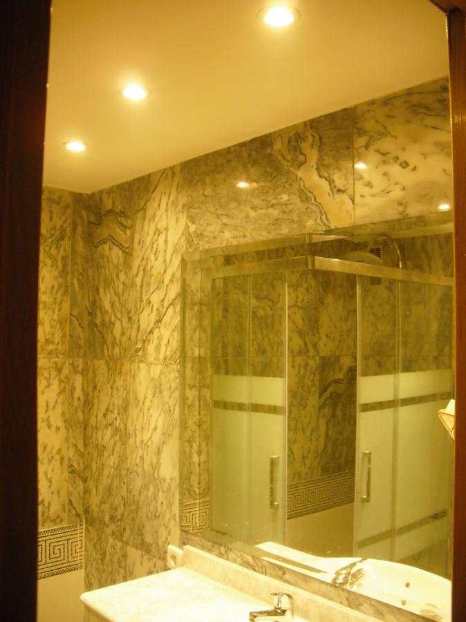 Falso techo, luz, espejo + lavabo
