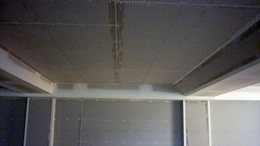 Foto falso techo perforado knauf de la plana techos y for Falso techo rustico