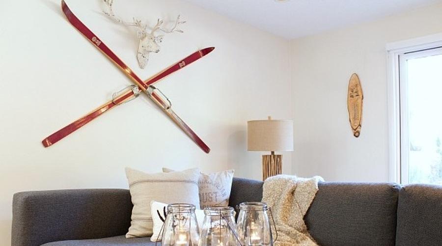 esquís rojos en un salón nórdico