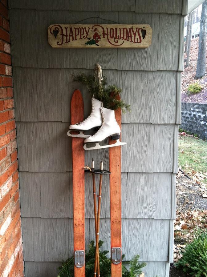 esquís como decoración navideña exterior