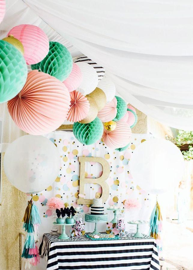 Fiesta de cumpleaños adornada con pompones