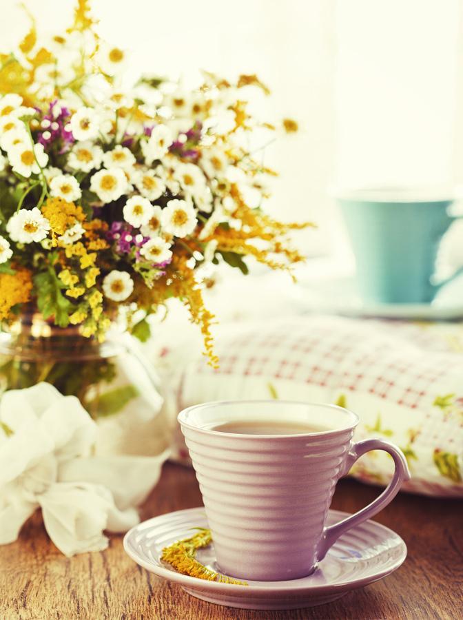 Flores frescas junto a taza de café