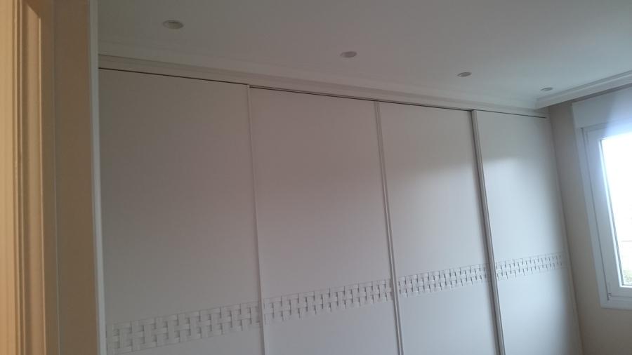 Focos apagados en habitación/armario