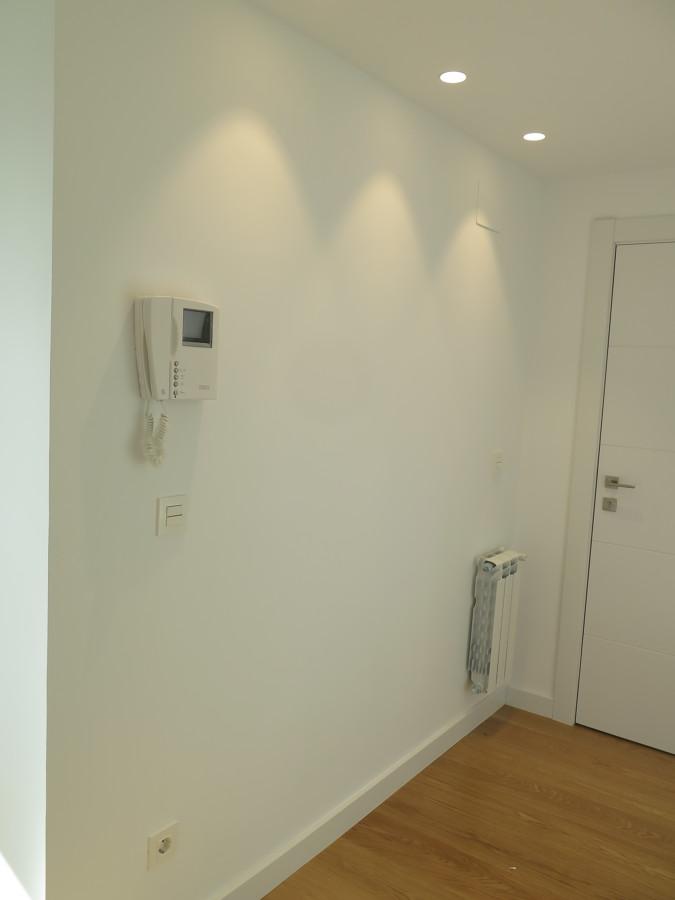 Focos LED en entrada.