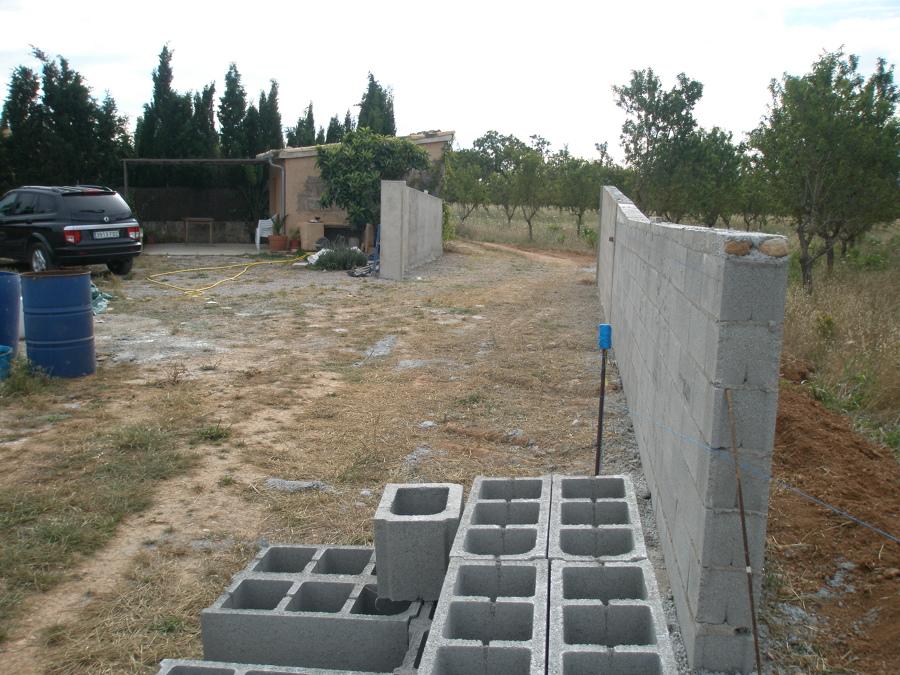 Muro de bloques de hormigon awesome el bloque es un material de construccin fabricado con - Muros de hormigon ...