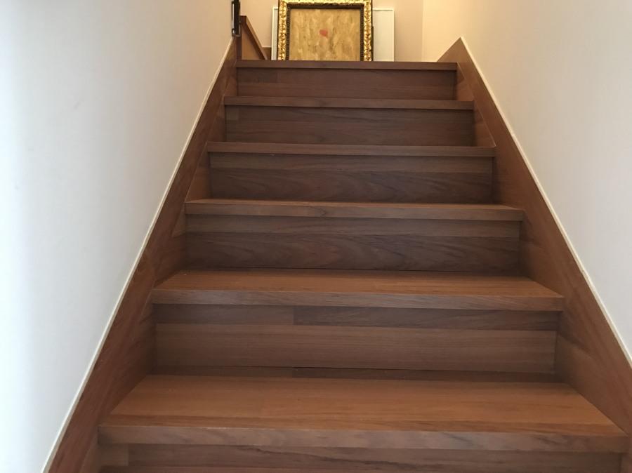 Forrado de escalera con laminado en Jatoba