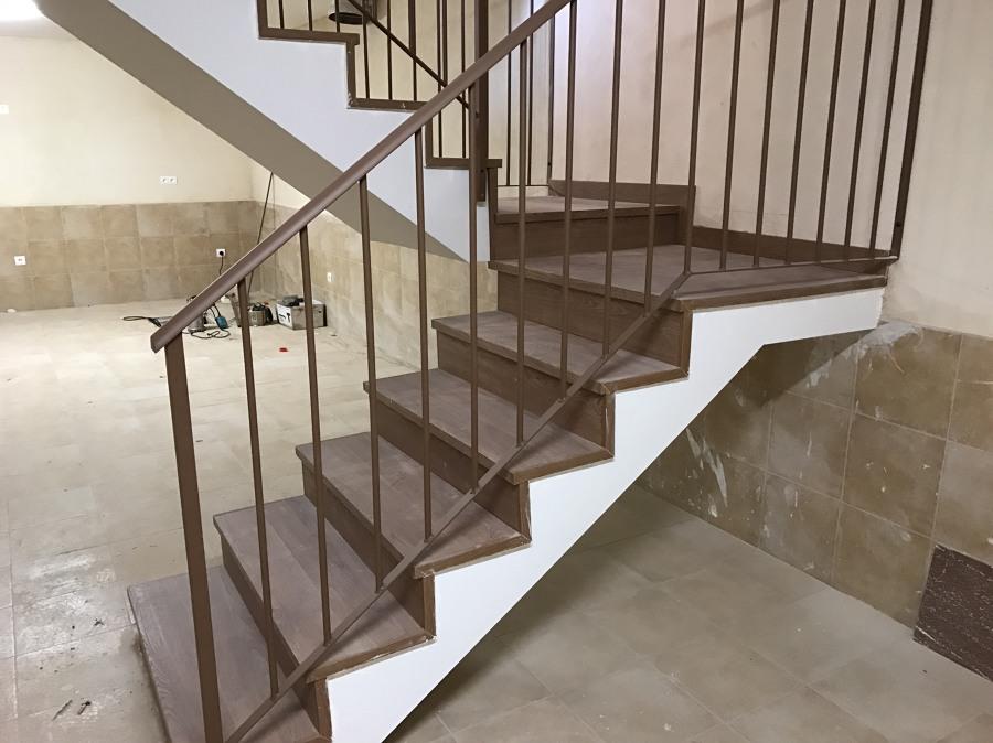 Forrado de escalera con laminado en Roble Teñido