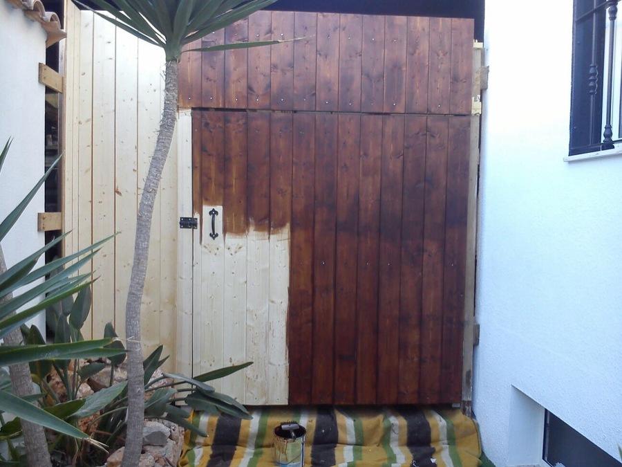 Forrado de puerta en madera y barnizado manual