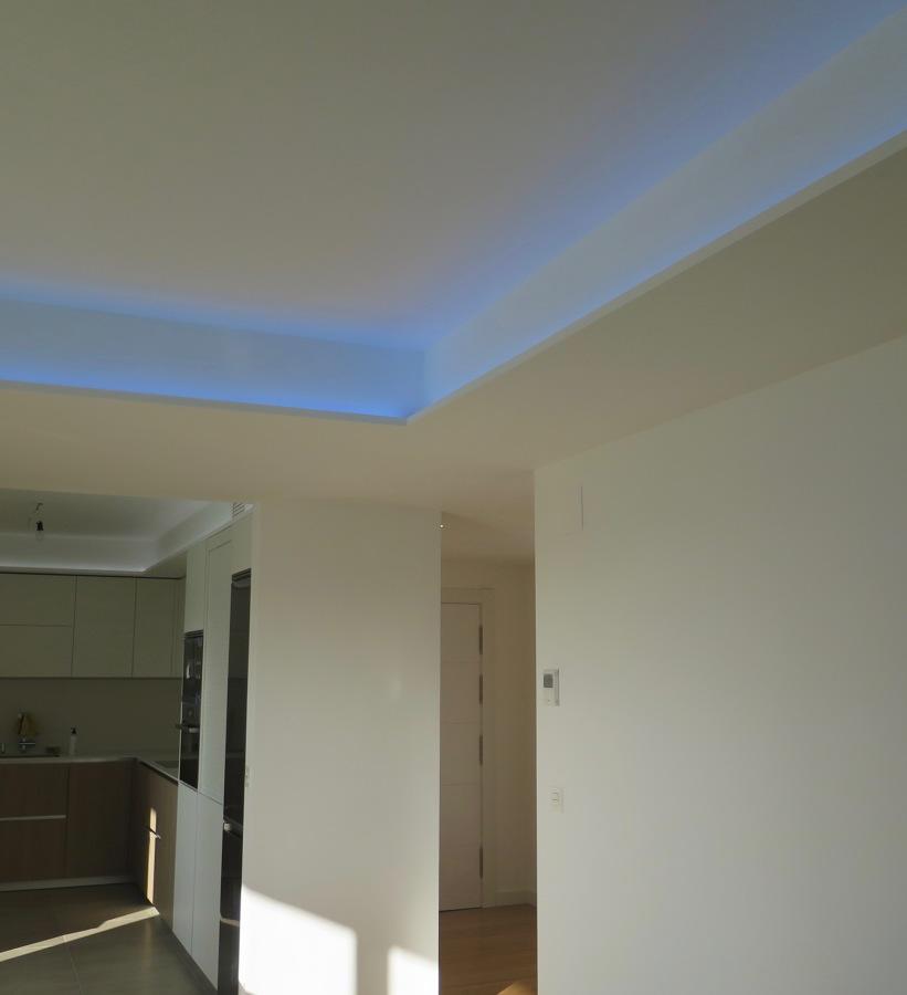 Foso de Pladur con iluminación LED en salón.