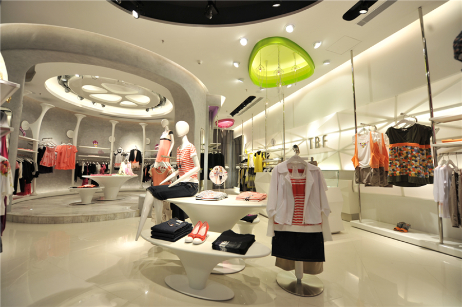Diseño para Tienda de Moda con Mesa Expositiva y Soporte ...