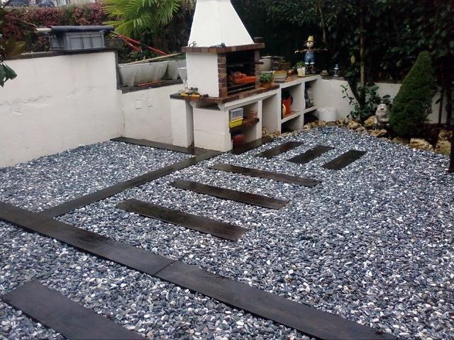 Jard n con grava decorativa ideas jardineros for Banderas decorativas para el jardin