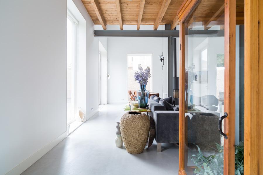 Salón con suelo de microcemento