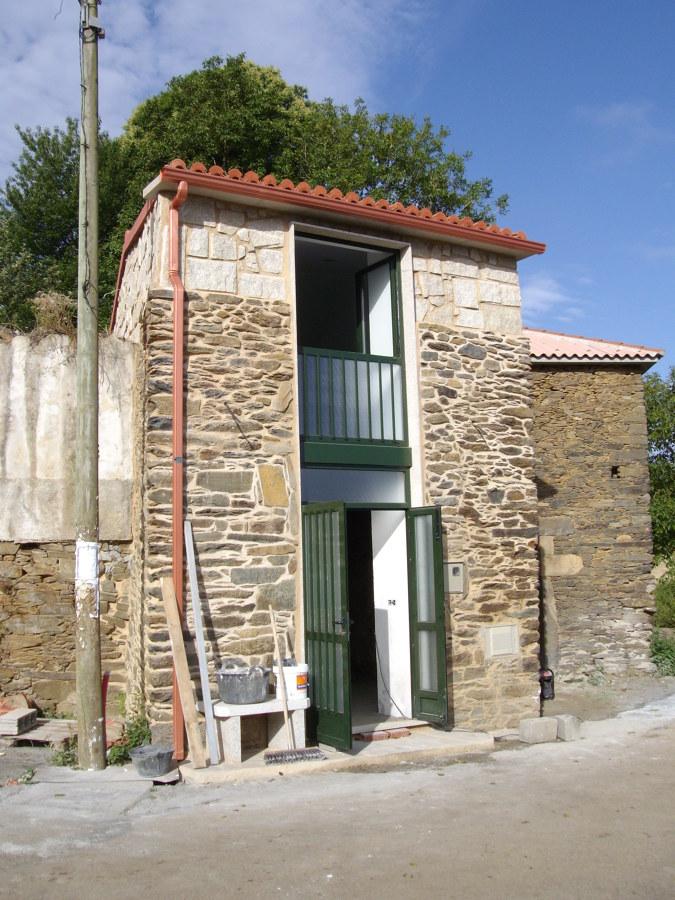 Fotografía exterior de la vivienda prácticamente terminada.