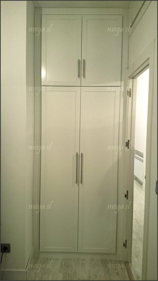 Frente de armario abatible en melamina blanca con maletero - Frente armario empotrado ...