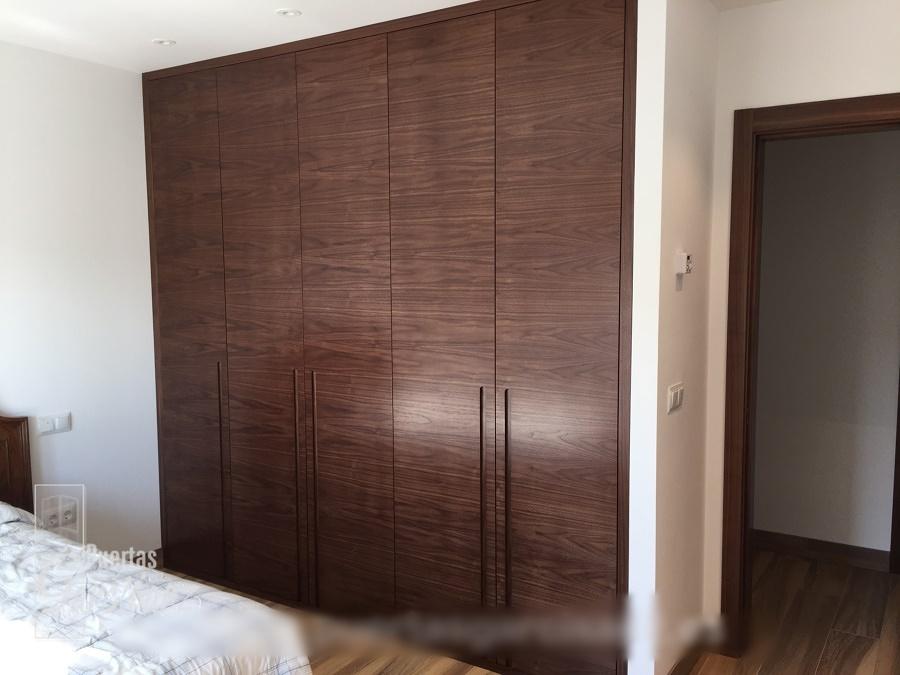Foto frente de armario de puertas abatibles en chapa de nogal de puertas garcisanz 955386 - Puertas de armario abatibles ...