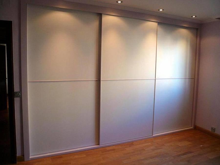 Foto frente de armario empotrado de carpinteria madera for Ideas para puertas de armarios empotrados