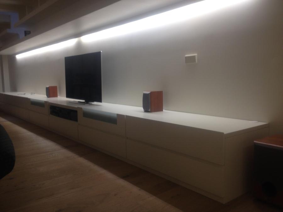 Proyecto dormitorio con armarios y puertas madera y dise o de mueble tv con luz indirecta - Iluminacion indirecta dormitorio ...