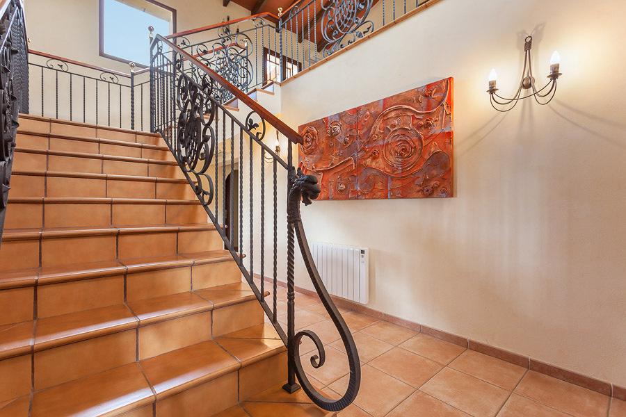Una vivienda de dise o en madera y piedra ideas for Construccion escaleras interiores