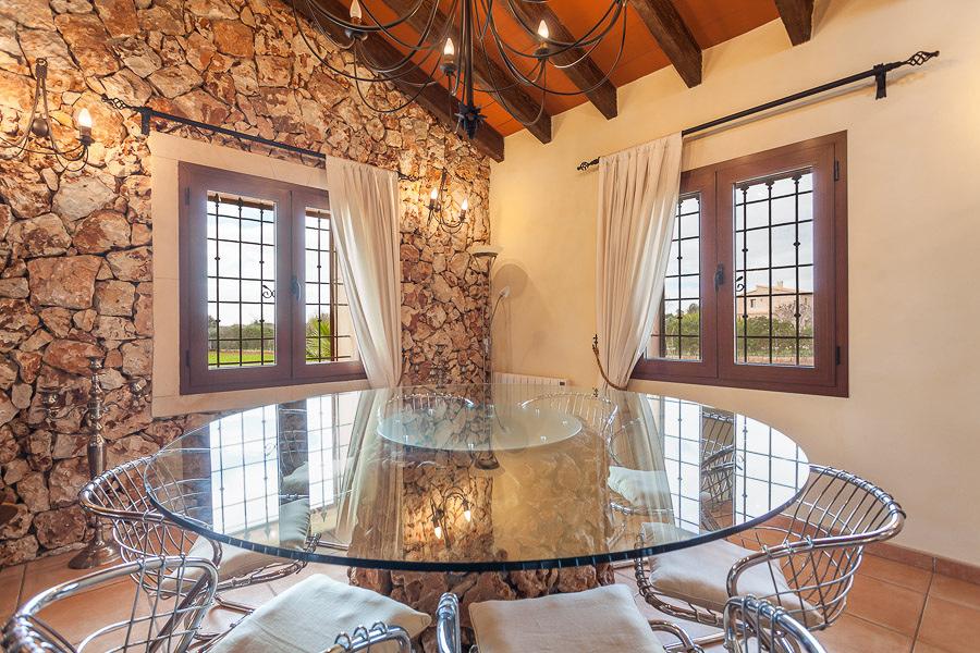 mesa saln con pared de piedra