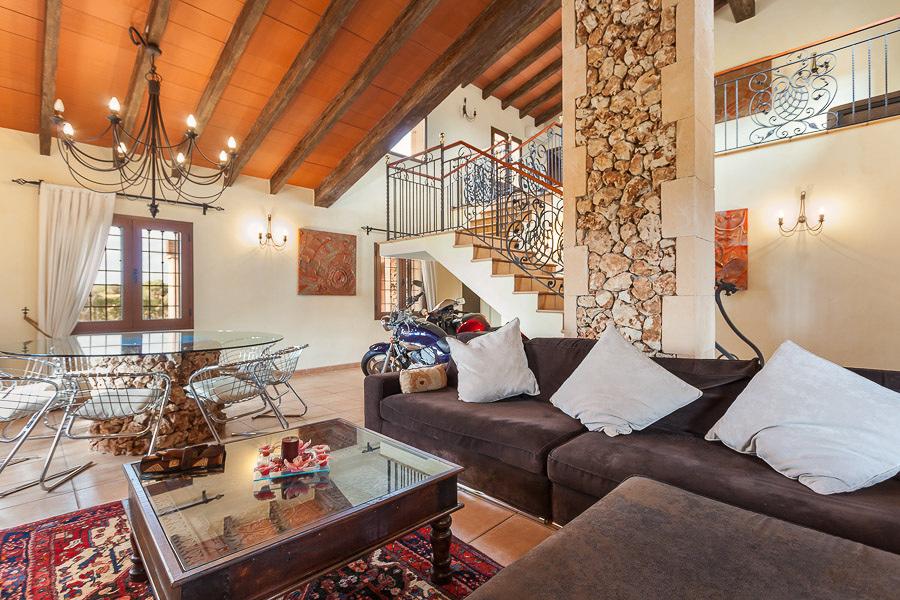 Una vivienda de dise o en madera y piedra ideas - Salones de casas rusticas ...