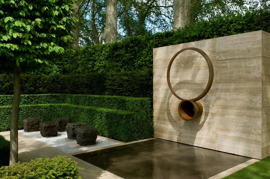 Fuente Artística En El Jardín