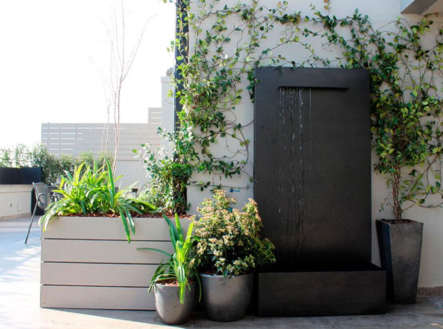 fuente en terraza con plantas