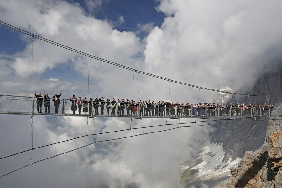 Gente-en-el-puente-Dachstein-1024x682