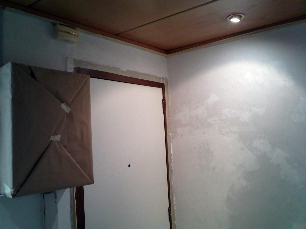 Paredes del recibidor en proceso de alisado paredes