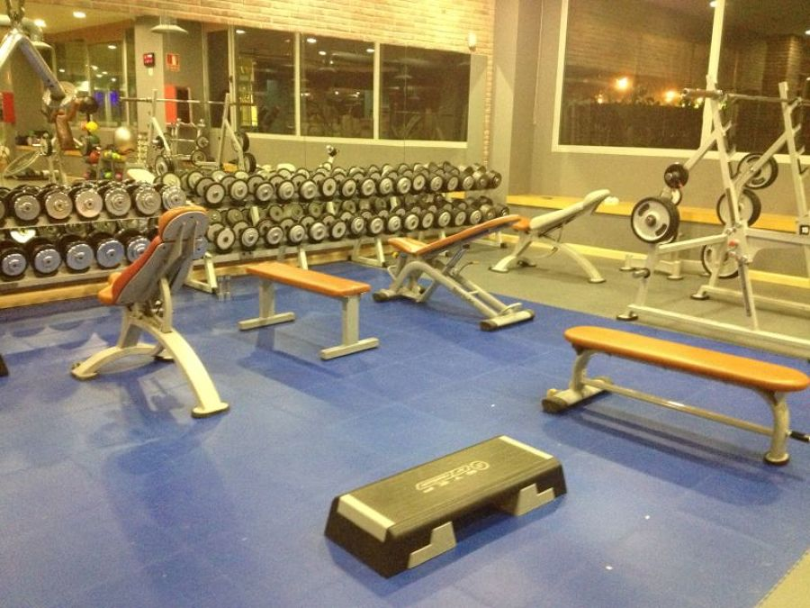 Foto gimnasio on fitness center de rodasa 1386101 for Escaleras gimnasio