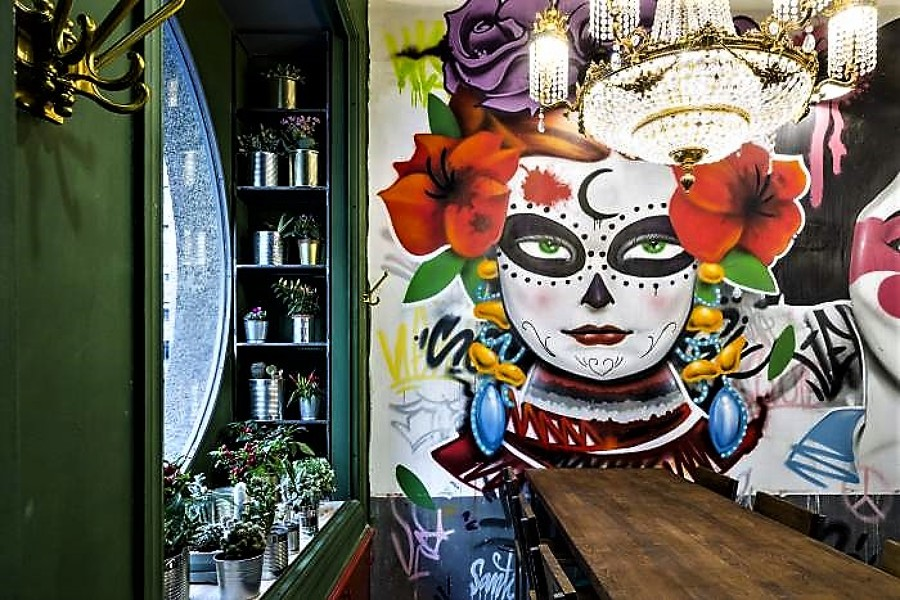 Grafitty callejero y mesas