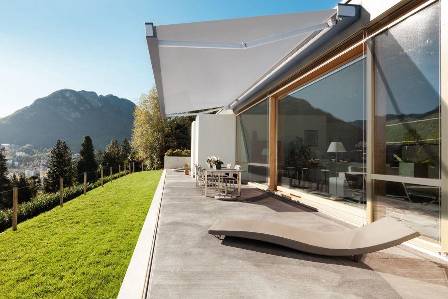 Gran porche con salida a jardín