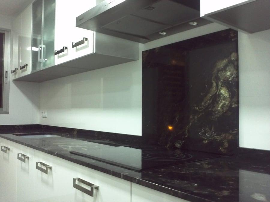 Bancada de cocina en granito negro titanium de naturamia for Colores de granito para encimeras