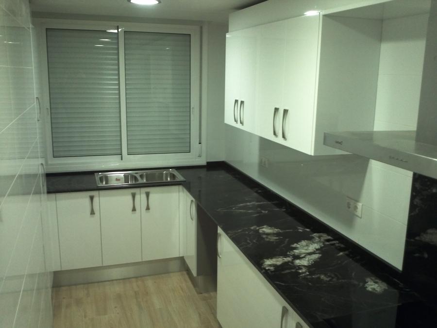 Bancada de cocina en granito negro titanium de naturamia - Bancadas de cocina ...